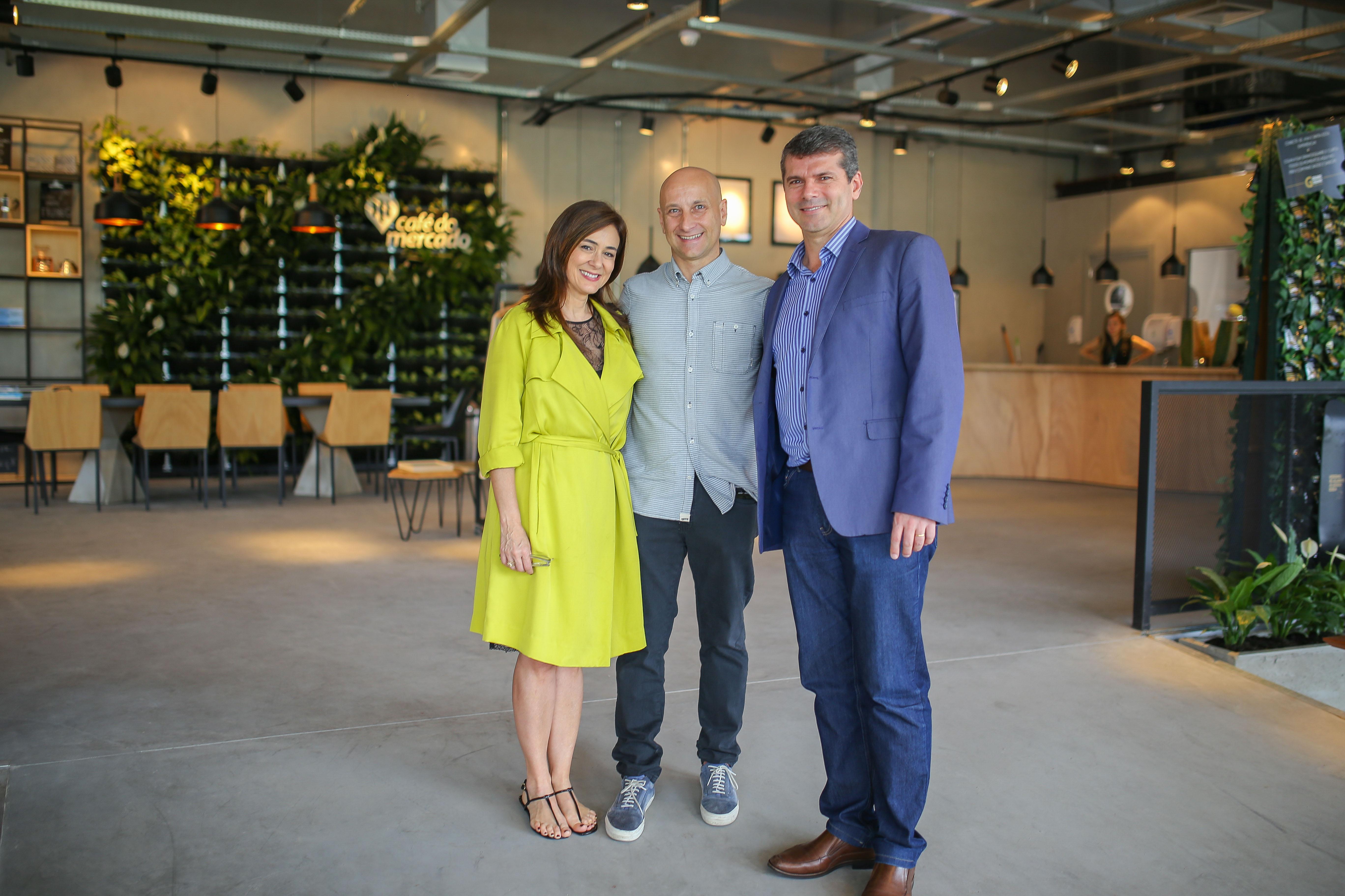 O trio, a partir da esquerda: Nailê Santos, gerente geral do Iguatemi Porto Alegre; empresário Gustavo Schifino, fundador do Pier X e da Trópico; José Renato Hopf, CEO da 4all